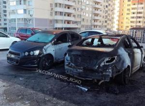 В спальном районе Новороссийска среди ночи сгорели две иномарки