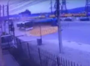 В Новороссийске с дороги собирают несколько десятков тонн зерна