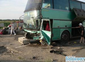 В Краснодарском крае автобус врезался в железнобетонные ограждения