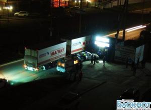 В Краснодаре полицейская машина столкнулась с фурой «Магнит»