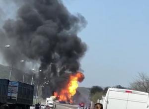 Под Новороссийском сильный пожар вспыхнул на автозаправке