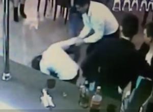 В Краснодаре драка двух посетительниц клуба на барной стойке попала на видео