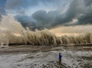 Шторм на Кубани все сильнее: водолазы еще два дня не смогут искать сухогруз