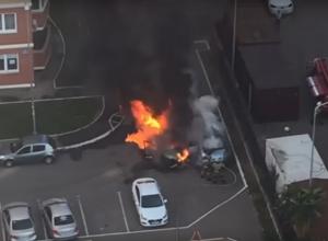 В центре Краснодаре сгорели дотла две иномарки