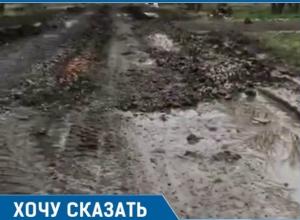 Грузовики превратили дорогу в непролазное болото в Новотитаровской
