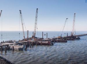 Строители погрузили половину всех свай Крымского моста