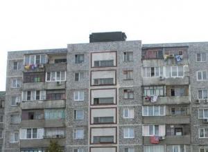 В Новороссийске с крыши многоэтажки скинули старый лифт на припаркованные у дома автомобили