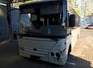 Для любителей экстремальной езды на улицы Краснодара выпустили автобус в аварийном состоянии