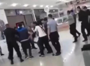 В Краснодаре во время эвакуации друзья охранника толпой били посетителя «Галереи»