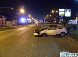 В Краснодаре автомобиль наехал на бетонную плиту и опрокинулся