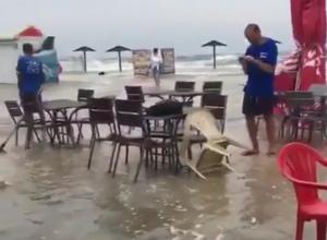 Море вышло из берегов и затопило пляж в станице Голубицкой