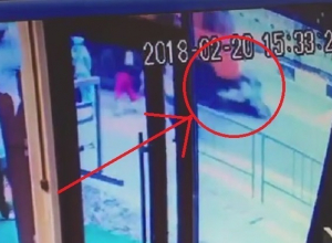 Появилось видео чудовищного ДТП в Сочи: «КамАЗ» на переходе сбил женщину с ребенком
