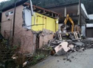 В Сочи снесли четырехэтажный дом