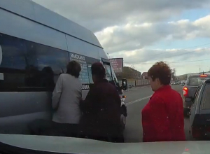 «На шаг от смерти»: пешеходы на Кубани игнорируют надземные переходы и пересекают дорогу «по старинке»
