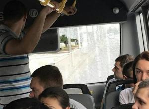 Водитель краснодарской маршрутки не обратил внимания на лопнувшее стекло