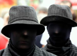 В Краснодаре посадили мужчин, которые с чулками на голове и электрошокером напали на семью с ребенком