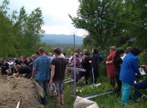 Мать пятерых детей, убитую 16-летним подростком в Псебае, хоронили всем поселком