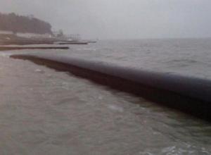 На пляж в Сочи вынесло глубоководную трубу канализационного коллектора