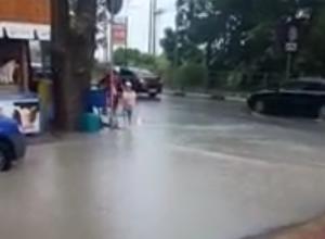 Момент падения ребенка в канализационный люк в Сочи попал на видео