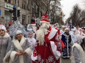 Тысячи Дедов Морозов и Снегурочек устроили парад в центре Краснодара