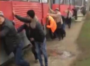 «Раз, два, взяли»: в Краснодаре отзывчивые пассажиры вытолкали трамвай на конечную остановку