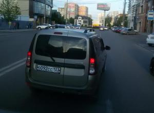 Лихач в Краснодаре провоцировал ДТП и бросался сигаретой в пассажиров маршрутки