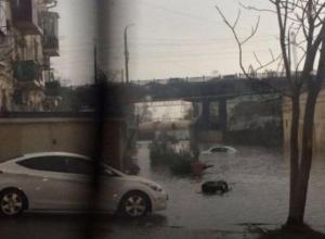 Легковушка утонула в луже в Новороссийске