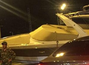 «Приплыли»: в Сочи выпавший на дорогу катер заблокировал движение на мосту