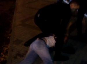 Наркоман в Краснодаре, разбиравший лавочку, попал на видео