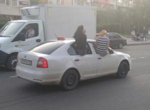 Высунувшиеся из такси дамы возмутили интернет-пользователей Кубани