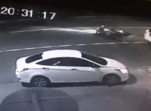 В Сочи водитель сбил девушку на мотоцикле и поехал дальше