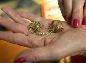 Экс-хозяйка притона украла у подруги кольцо за полмиллиона рублей в Краснодаре