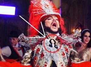 «Очумелые ручки»: Филипп Киркоров украсил новогодний костюм брошью краснодарской мастерицы