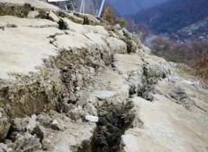 В Сочи оползень отрезал от мира жителей 30 домов