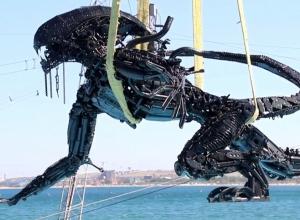 Новую фигуру Чужого «утопили» в подводном парке Анапы