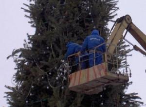 В Краснодаре на Театральной площади начались работы по установке главной елки