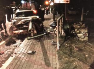 Забор «прошил» BMW, а «шестерка» разорвалась пополам в ночном ДТП в Геленджике