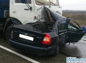 На трассе Темрюк-Кропоткин «Хендай» врезался в грузовик