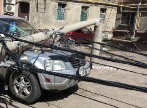 Рухнувший столб изуродовал авто в Краснодаре