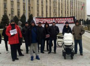 Разгневанные дольщики «Анит-Сити» устроили пикет и массовую голодовку у здания администрации края