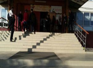 В краснодарской школе №93 не пускают опоздавших учеников