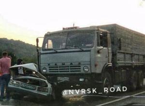 «Семерку» подмяло под КамАЗ в страшной аварии под Новороссийском
