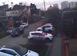 Орудующая банда воров ограбила дорогую машину в Краснодаре