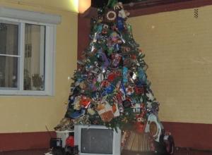 В Краснодаре установили необычную елку из мусора