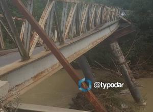 Из-за поврежденного ливнями моста кубанский хутор отрезало от мира