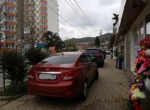 «Паркуюсь как хочу!» - автомобилисты Сочи нагло оставляют машины на тротуарах