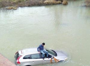 «Не УАЗ»: водитель утопил иномарку, когда пытался переехать реку в Краснодарском крае