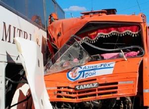 В Краснодарском крае КамАЗ на светофоре влетел в автобус