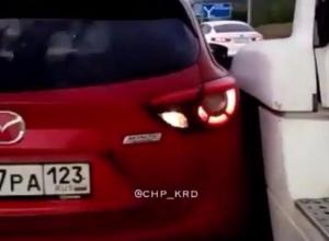 Как так ехать теперь? - «Автоледи» негодует, отчего водитель фуры не пропустил ее на трассе из Новороссийска
