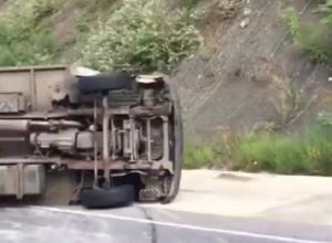На трассе в Сочи перевернулся грузовик